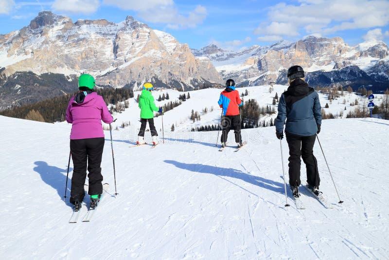 Семья катается на лыжах стоковое изображение rf