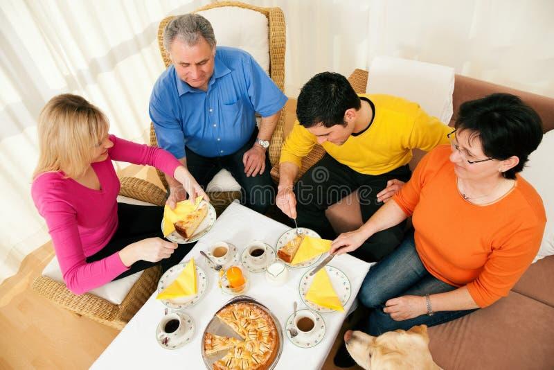 семья кофе торта имея совместно стоковое фото rf