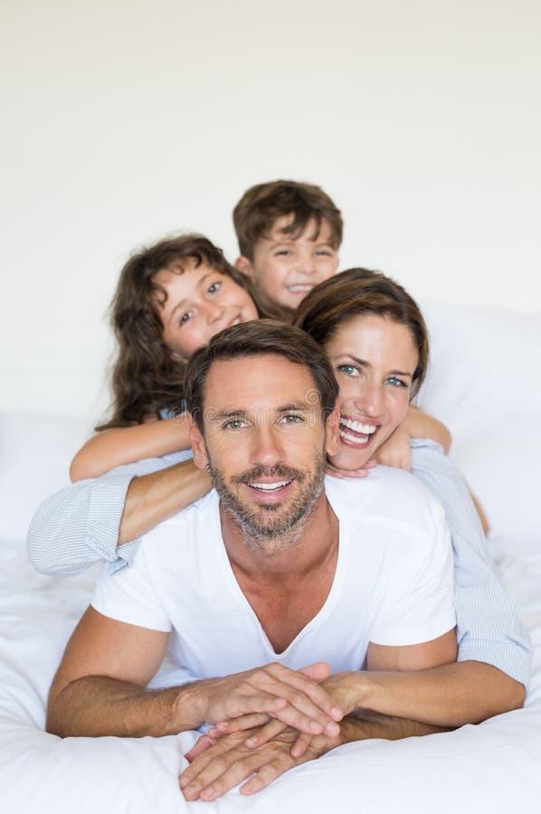 семья кровати счастливая стоковая фотография