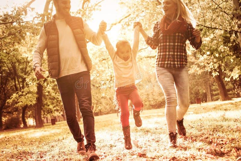 Семья маленький мир созданный влюбленностью стоковая фотография