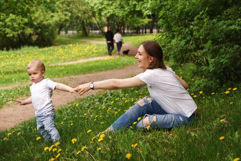 Семья Мама и сын в парке стоковые изображения