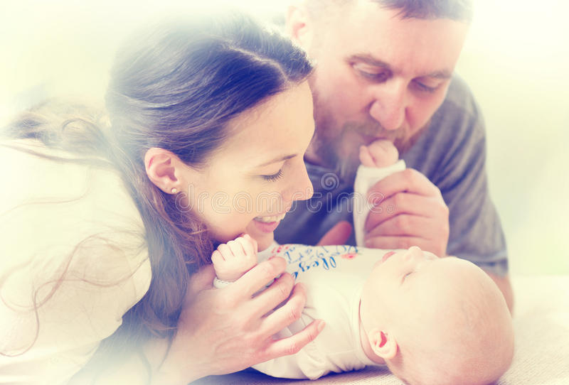 Семья - мама, папа и их newborn младенец стоковые фотографии rf