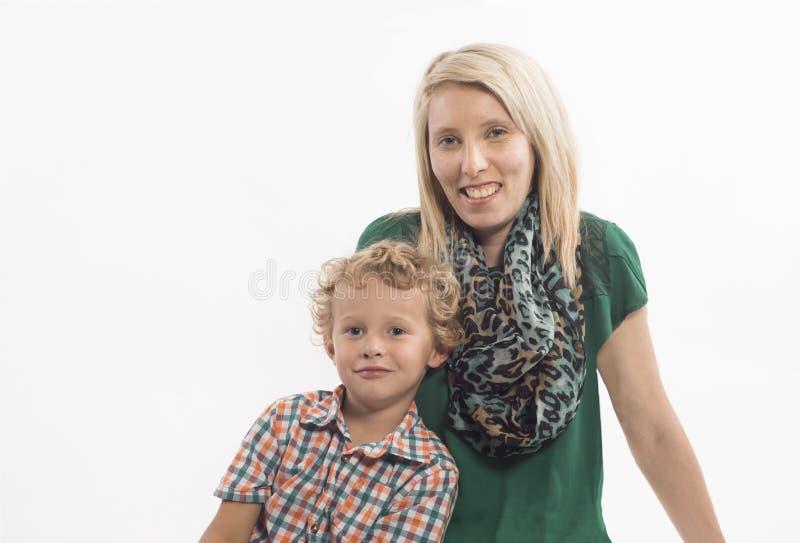 Семья матери и сына, сидя стоковые изображения