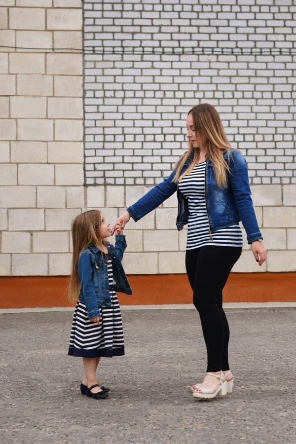 Семья Мать и дочь танцуют стоковые изображения