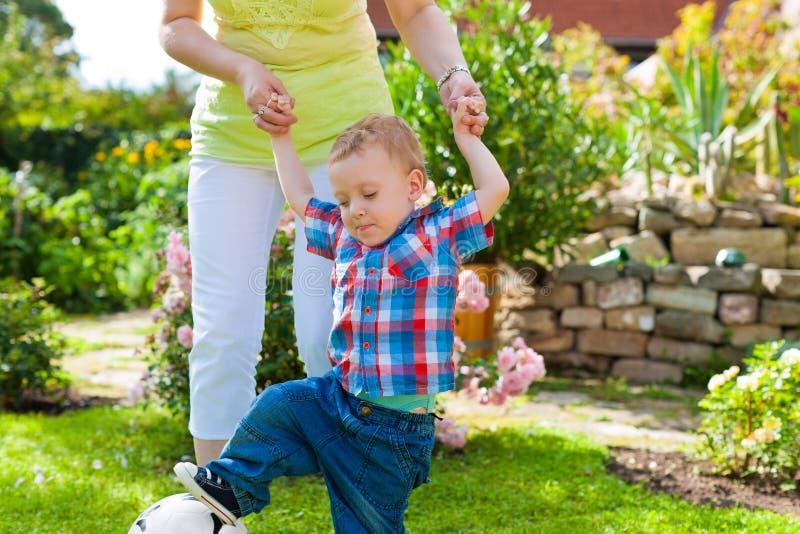 Семья - мать и ребенок в саде стоковые фотографии rf