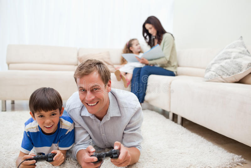 Семья наслаждается потратить их часы досуга совместно стоковые фотографии rf