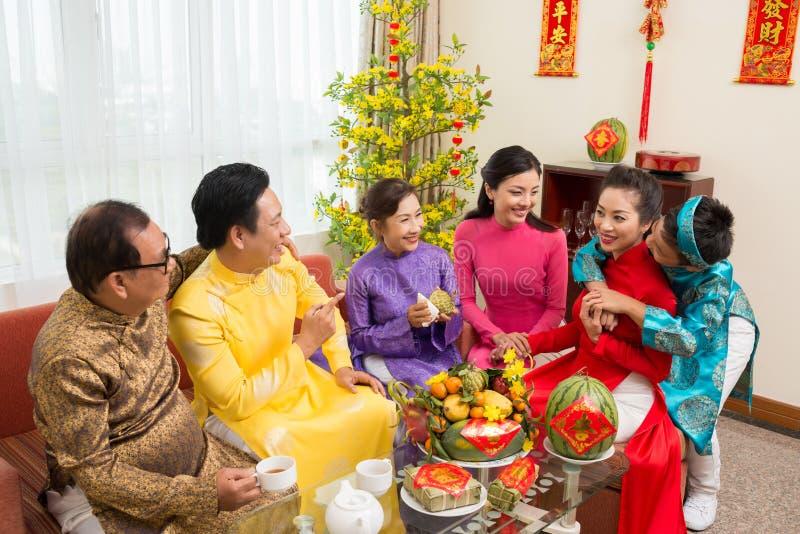 Семья наслаждаясь фестивалем весны стоковое изображение