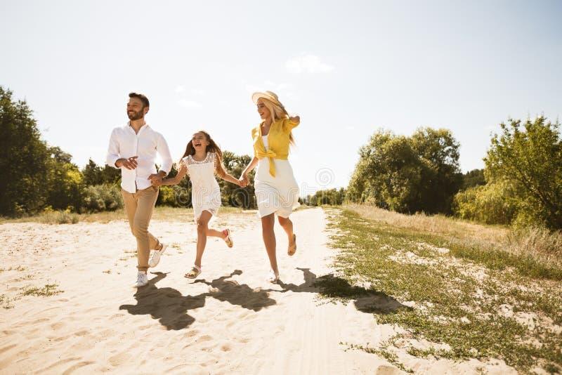 Семья наслаждаясь часами досуга совместно в сельской местности стоковые изображения rf