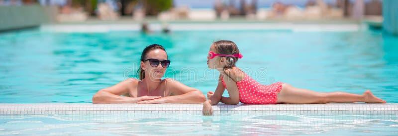 Семья наслаждаясь летними каникулами в роскошном бассейне стоковые изображения rf