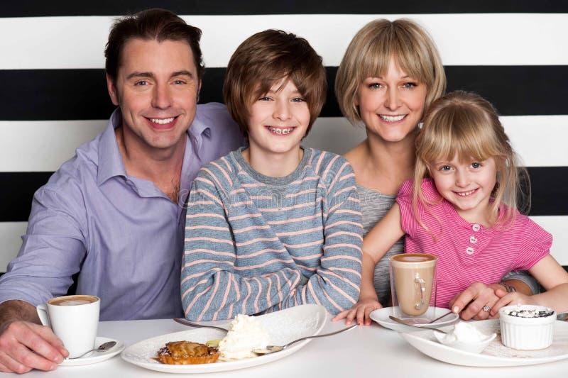 Семья наслаждаясь завтраком на ресторане стоковая фотография rf