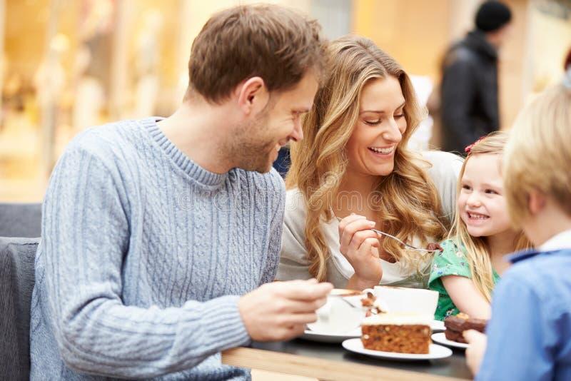 Семья наслаждаясь закуской в кафе совместно стоковые изображения