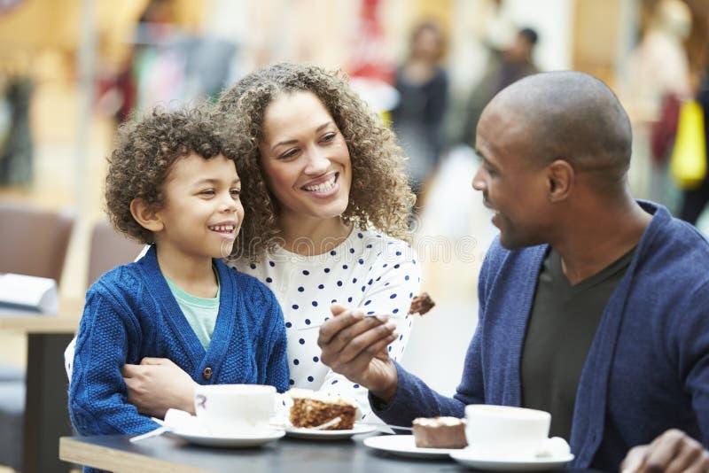 Семья наслаждаясь закуской в ½ CafÅ совместно стоковая фотография