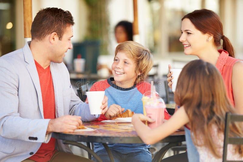 Семья наслаждаясь закуской в ½ CafÅ стоковое изображение