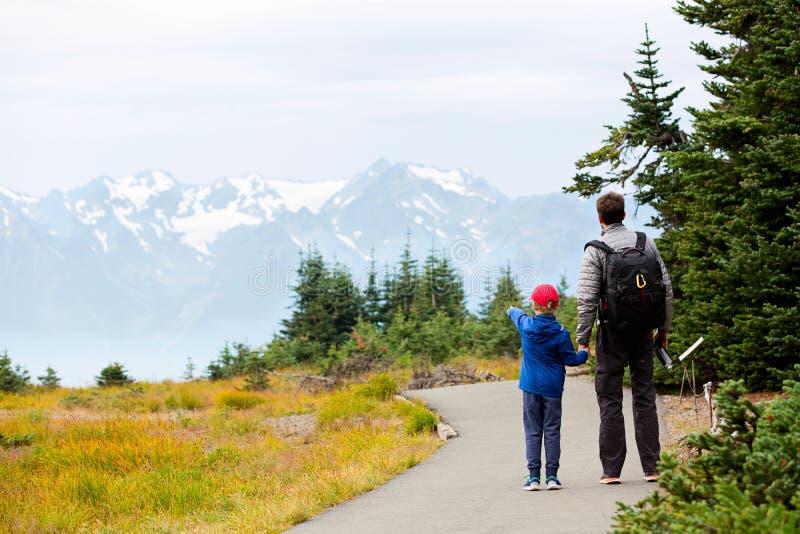 Семья наслаждаясь олимпийским национальным парком стоковые изображения