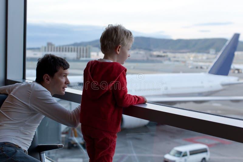 Download Семья на авиапорте стоковое фото. изображение насчитывающей вскользь - 40591908