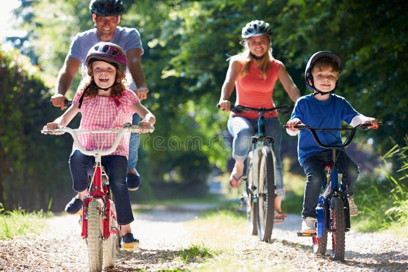 Семья на езде цикла в сельской местности стоковая фотография