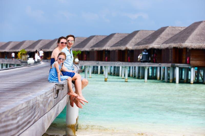 Download Семья на летних каникулах на курорте Стоковое Фото - изображение насчитывающей coast, мужчина: 40576242
