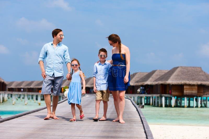 Download Семья на летних каникулах стоковое фото. изображение насчитывающей девушка - 40576240