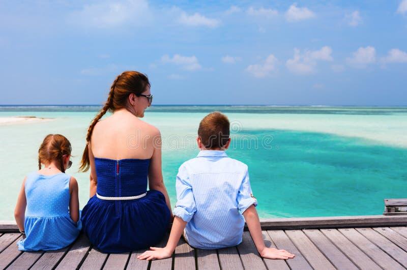 Download Семья на летних каникулах стоковое изображение. изображение насчитывающей счастье - 40576257