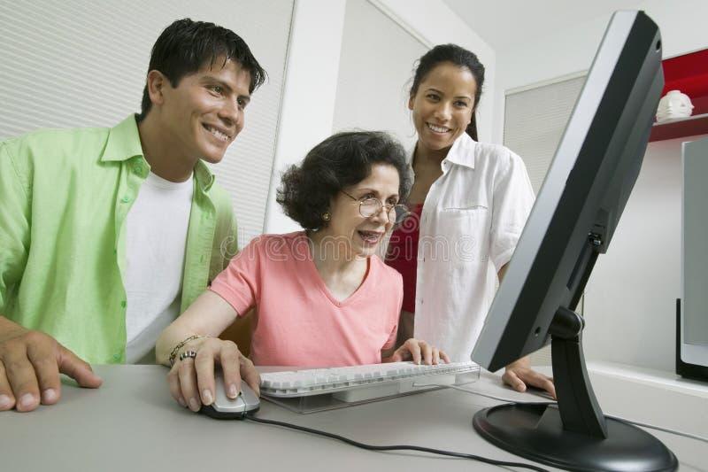 Семья на компьютере стоковая фотография