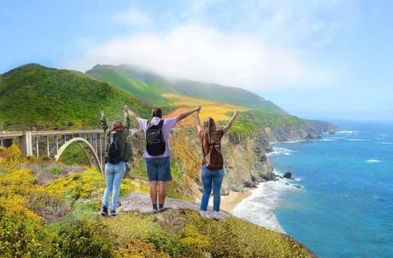 Семья на пешем отключении наслаждаясь красивыми горами лета, прибрежный ландшафт, стоковые изображения