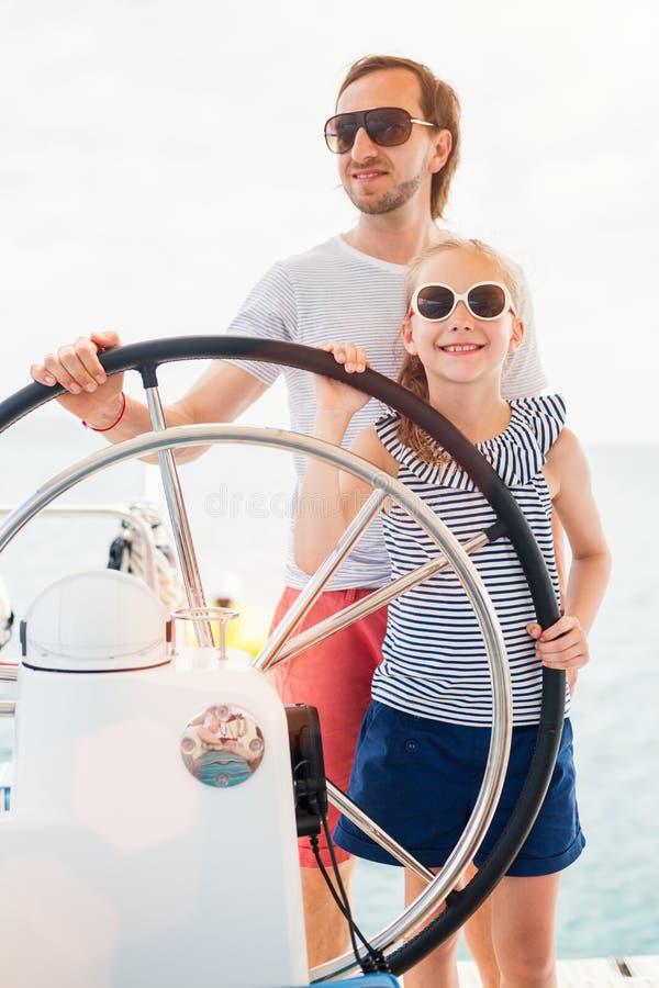 Семья на правлении яхты плавания стоковое фото