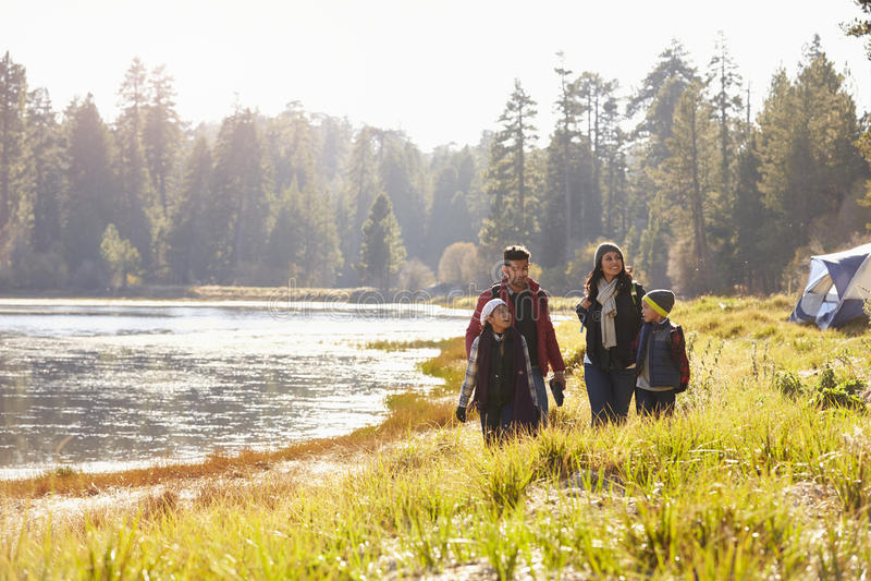 Семья на прогулке похода около озера, смотря один другого стоковые изображения rf