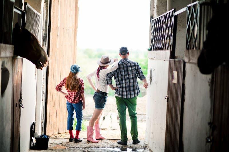 Семья на ранчо, ферме стоковое изображение rf