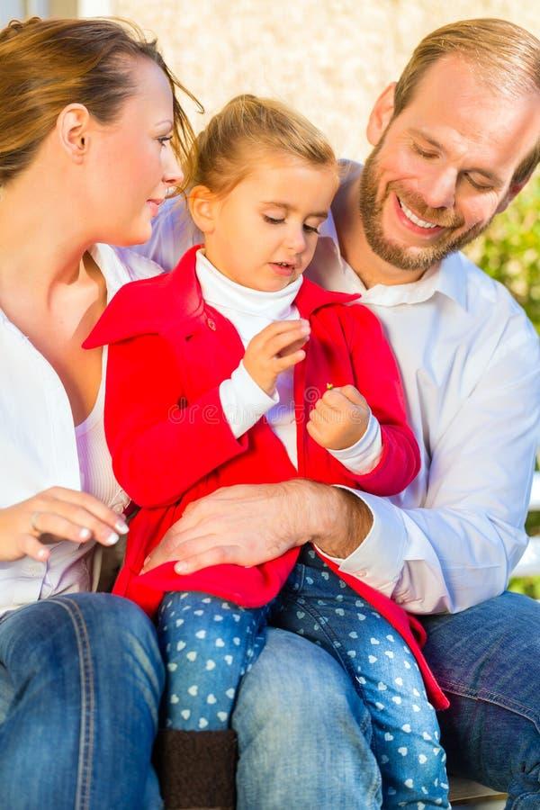 Download Семья на стенде сада перед домом Стоковое Фото - изображение насчитывающей ребенок, отец: 40585808