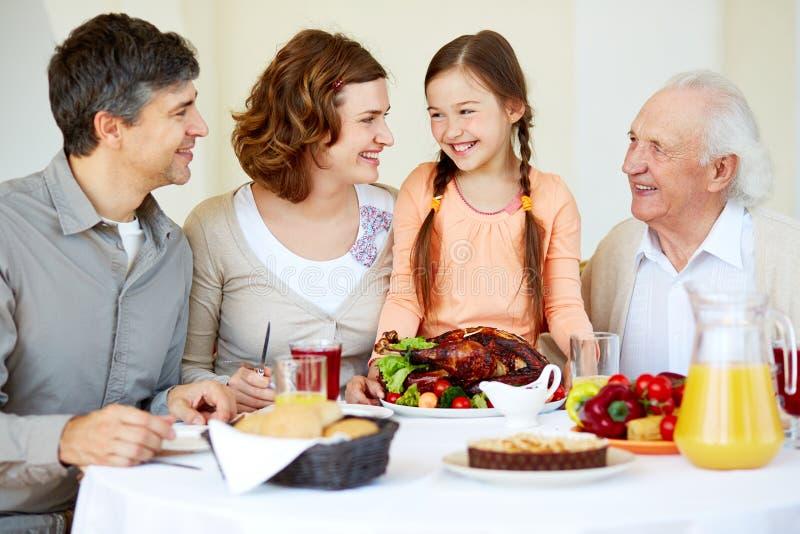 Семья на таблице благодарения стоковое фото rf