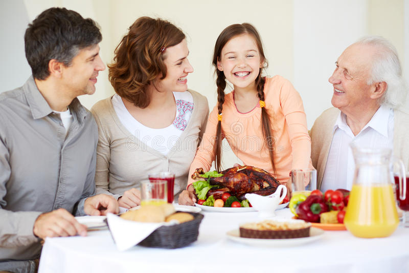 Семья на таблице благодарения стоковые изображения rf