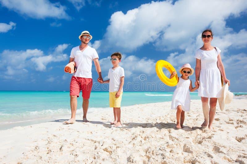 Семья на тропических каникулах пляжа стоковые изображения