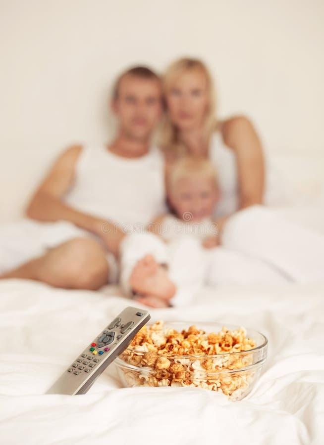 Семья дома с попкорном стоковое изображение