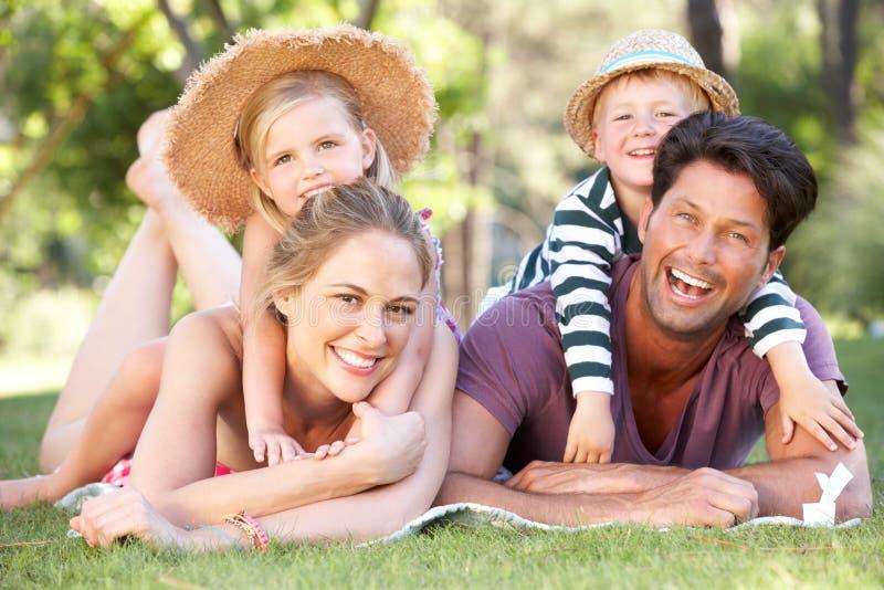 Семья ослабляя в парке совместно стоковое изображение