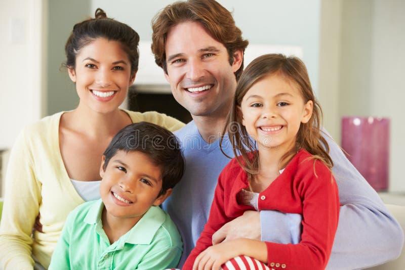 Семья ослабляя на софе совместно стоковое изображение
