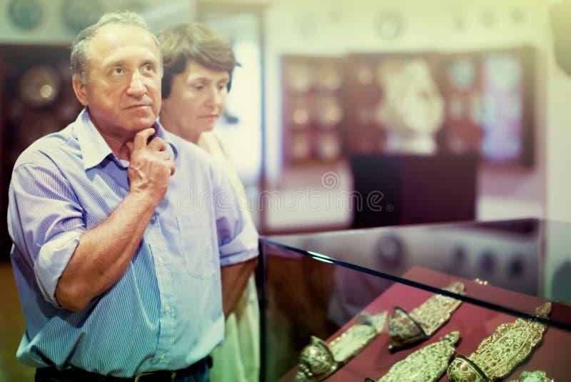 Семья пенсионера посещая историческую выставку в Национальном музее стоковые фото