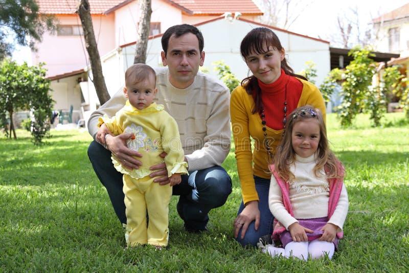 Семья перед домом стоковое фото