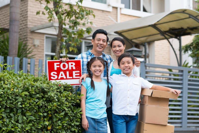 Семья перед новым домом стоковое фото rf