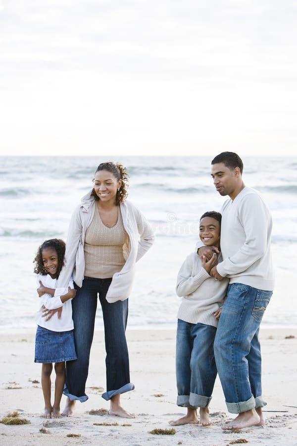 семья пляжа афроамериканца счастливая совместно стоковое изображение