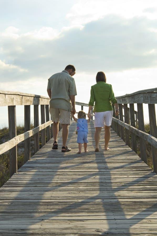 семья пляжа идя к