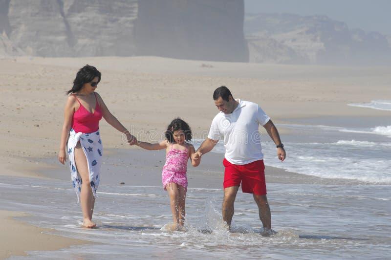 семья пляжа симпатичная стоковые фотографии rf