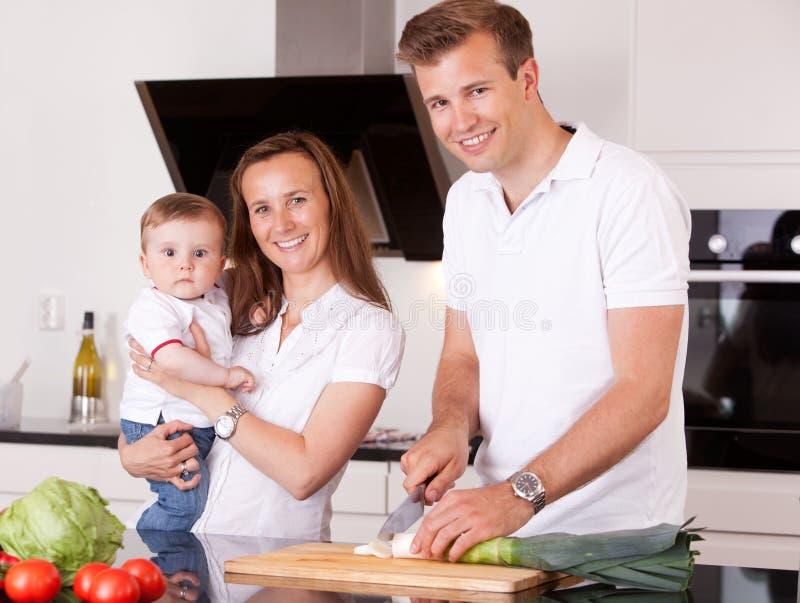Семья подготовляя еду стоковые изображения rf