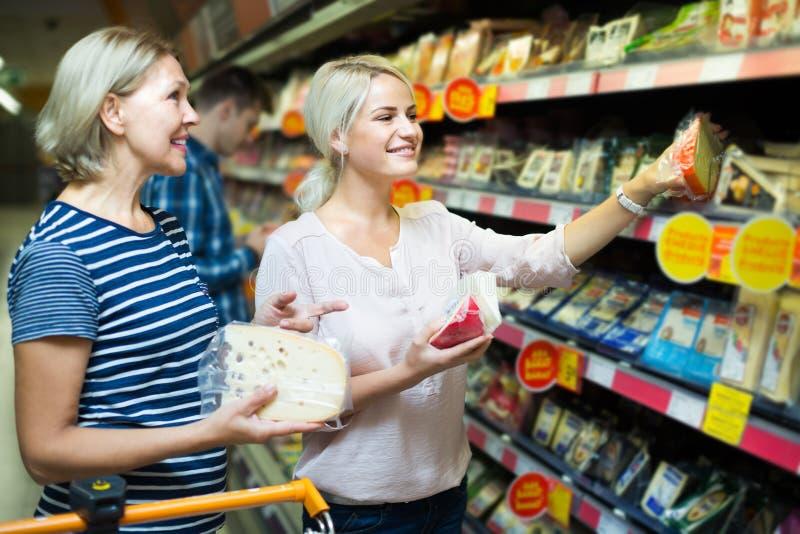 Семья покупая еду стоковые фотографии rf