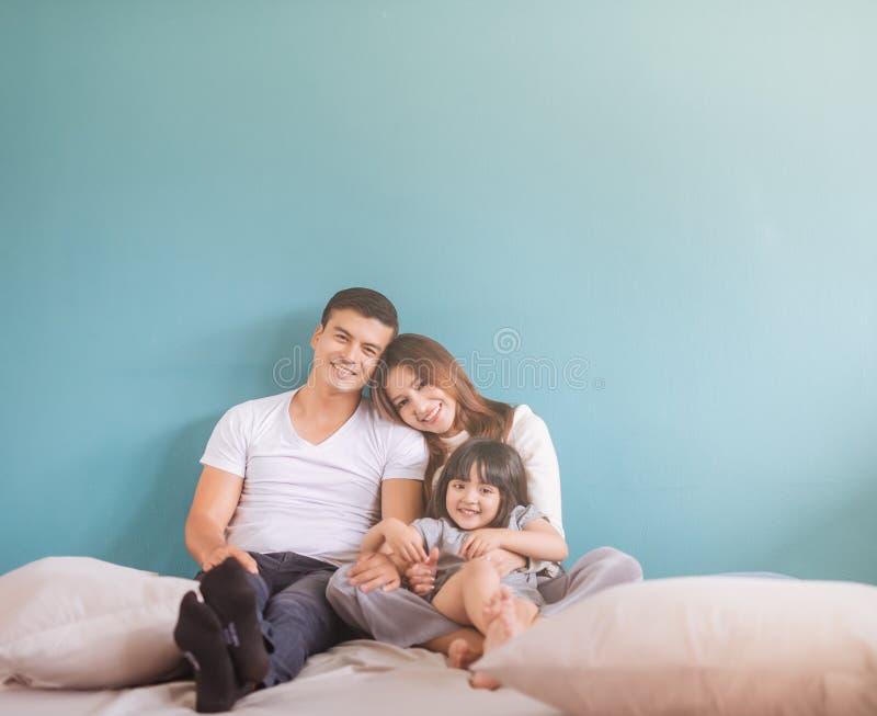 Семья портрета счастливая азиатская крытая стоковые изображения rf