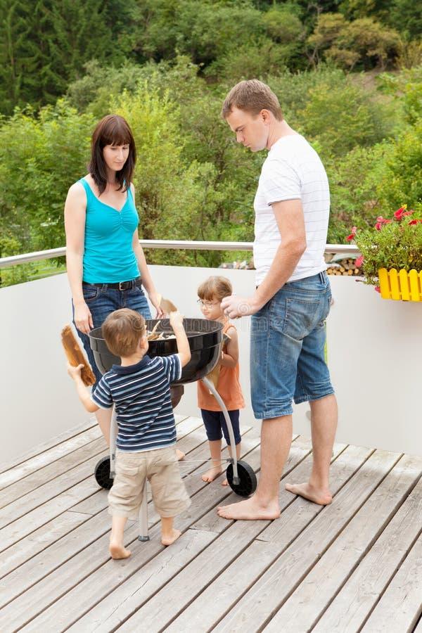Семья подготавливая bbq стоковые изображения rf