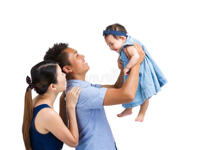 Семья поднимает вверх дочь младенца стоковое изображение rf