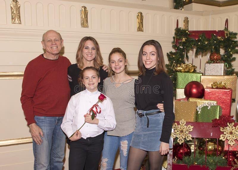Семья празднуя выдающее представление клироса стоковые изображения