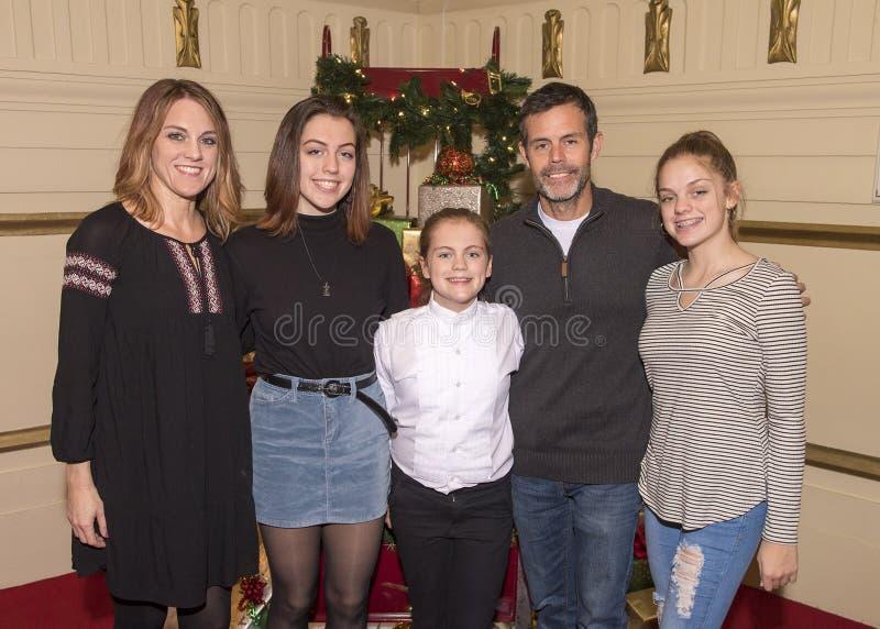 Семья празднуя выдающее представление клироса стоковая фотография rf