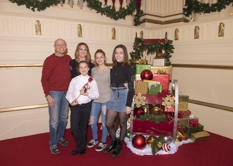 Семья празднуя выдающее представление клироса стоковые фотографии rf