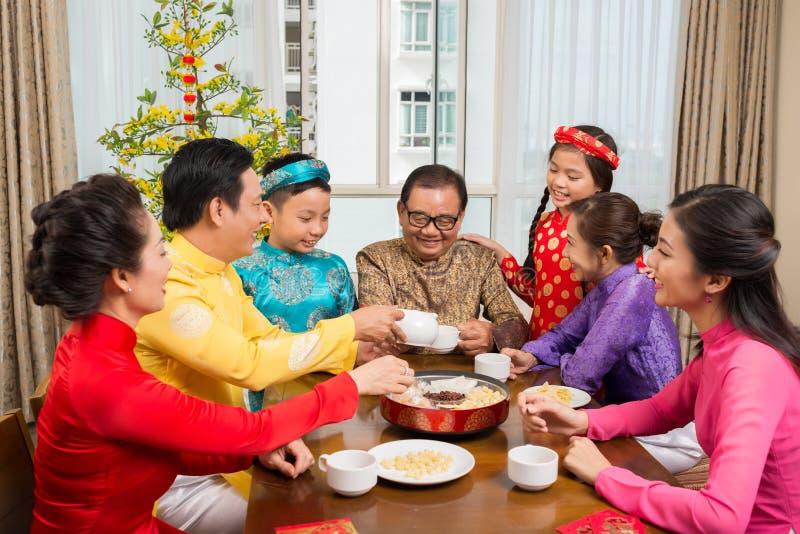 Семья празднуя лунный Новый Год стоковые фотографии rf